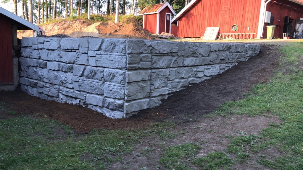 MagnumStone Wall with an outside corner, roughly 6 feet high in a residential backyard in Sweden