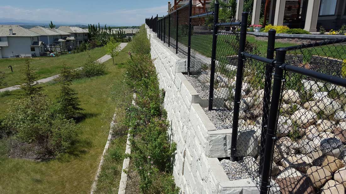 MagnumStone Block Retaining Wall Field Face With Fence