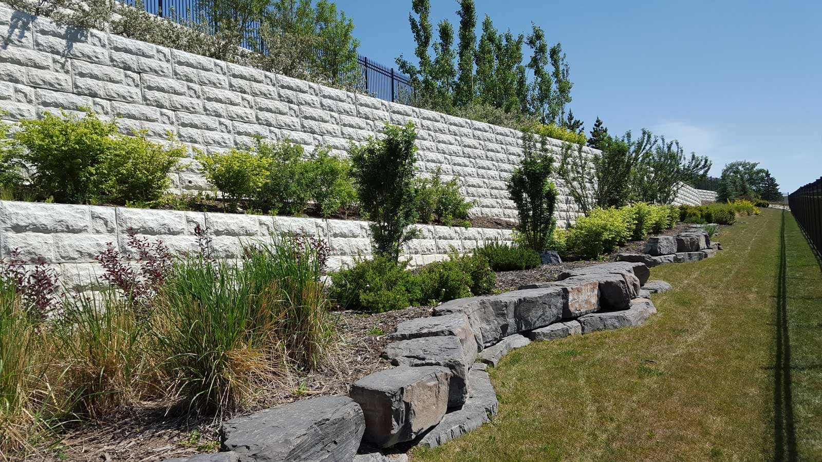 MagnumStone Block Retaining Wall Random Boulder Face Landscaped