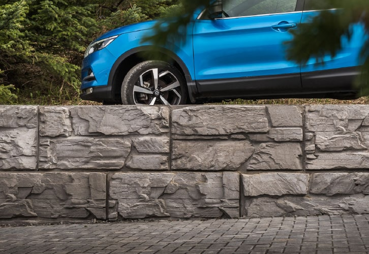 Close up of a 4 foot high Retaining Wall showcasing MagnumStone's beautiful Ledge Face texture